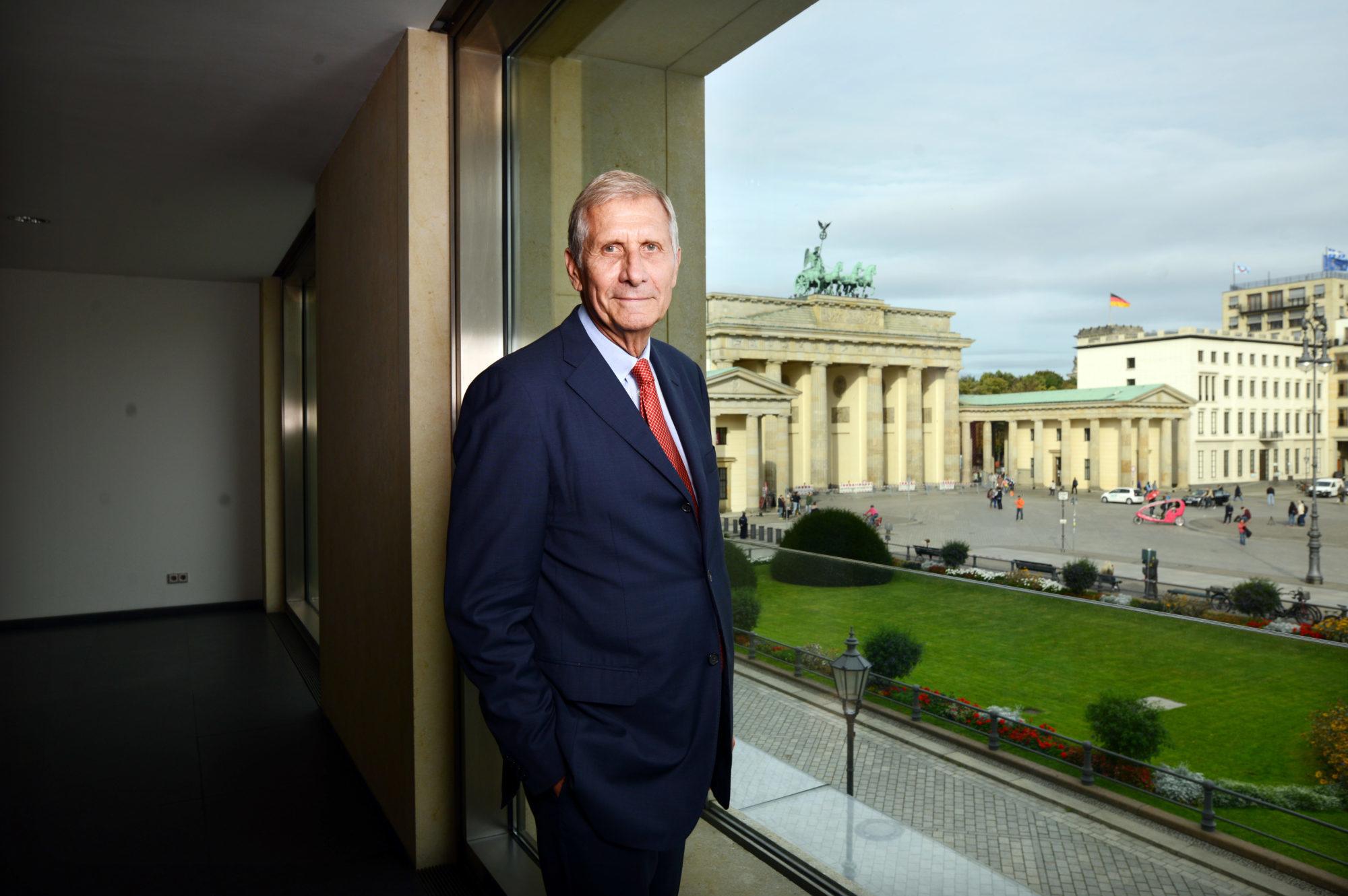 Ulrich Wickert erhält das Bundesverdienstkreuz